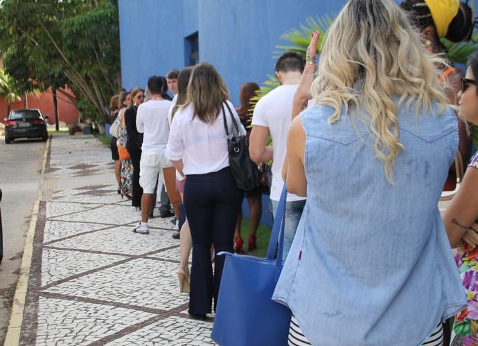 Candidatos aguardam na fila para tentar o sonho de embarcar na nave louca (Foto: Gshow)