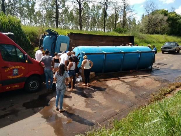 Motorista foi encaminhado para o hospital Santa Casa de Paranavaí (Foto: Anderson Giga/RPC Noroeste)
