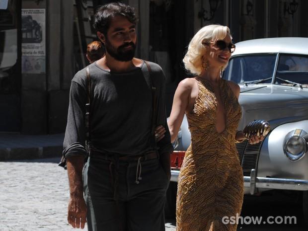 Fabrício e Aurora caminham pelas ruas da cidade de braços dados (Foto: Joia Rara/TV Globo)