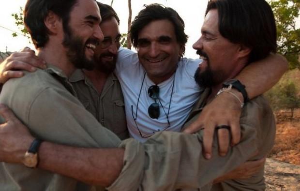 Cao Hamburger (de branco) abraça os atores Caio Blat, João Miguel e Felipe Camargo durante filmagens de 'Xingu' (Foto: Divulgação/Primeiro Plano)