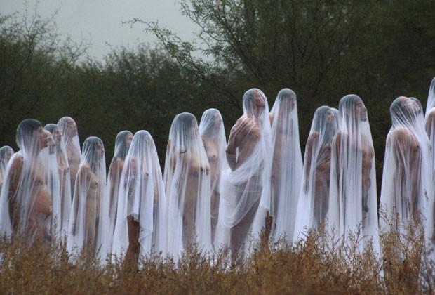 Dezenas de voluntários mexicanos posaram sem roupa para o artista Spencer Tunick durante o Festival dos Esqueletos, em comemoração ao Dia dos Mortos, neste domingo (4). Cerca de 150 pessoas participaram da foto. (Foto: Reuters)