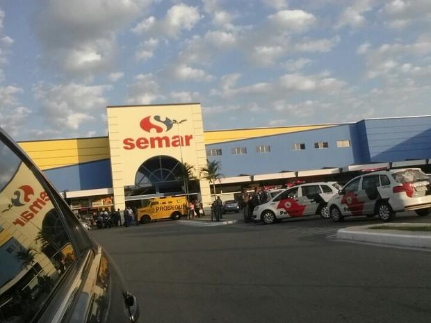 Roubo carro forte Supermercado Semar Taubaté (Foto: Gilson Biscaro / Vanguarda Repórter)