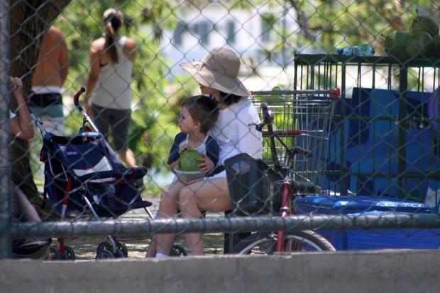 Fernanda Torres com o filho na Lagoa (Foto: JC Pereira/ Agnews)