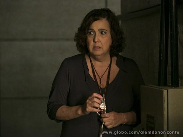 Zélia se apavora ao ouvir alguém se aproximando, mas consegue escapar (Foto: Felipe Monteiro/TV Globo)