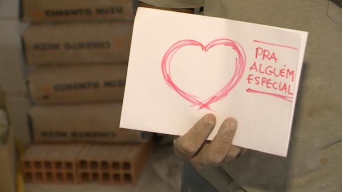 Recados apaixonados são entregues pelo Correio do Amor do programa (Foto: Divulgação/ TV Gazeta ES)