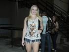 Ex-BBB Paulinha exibe as pernas em show de Luan Santana