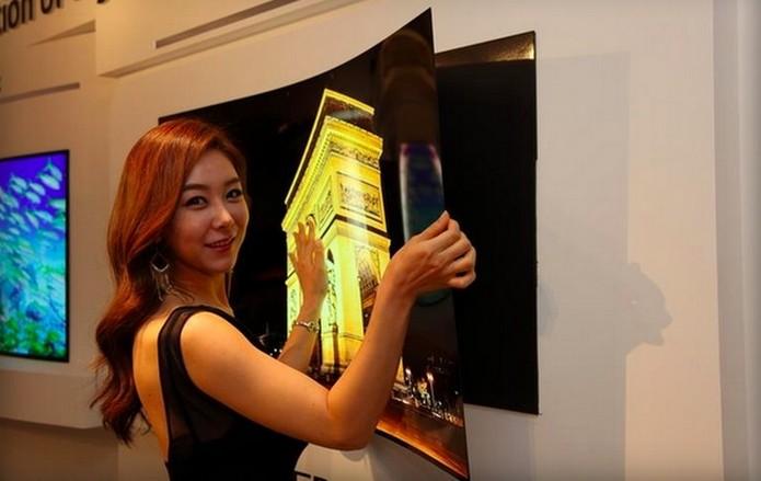 Display da LG é tão fina que pode ser grudada na parede com imã (Foto: Reprodução/Yonhap)