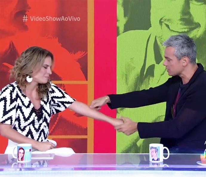 Maíra Charken não acredita que está na bancada do 'Vídeo Show' e ganha beliscão de Otaviano Costa (Foto: TV Globo)