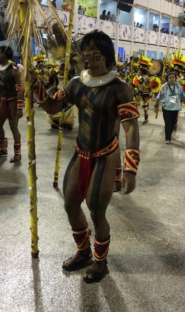 Passistas da Imperatriz Leopoldinense vestidos de índios (Foto: QUEM)