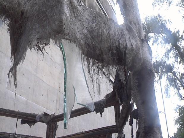 Fogo destruiu toda a cabine (Foto: TV Verdes Mares/Reprodução)