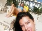Priscila Pires faz selfie e exibe barriguinha em dia de sol