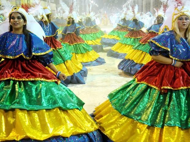 Ala das baianas em uma das escolas de samba do DF no carnaval de 2011 (Foto: Divulgação/ Agência Brasília)