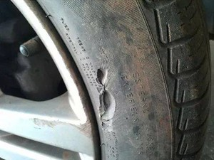Emerson diz que buracos causaram vários danos nos pneus (Foto: Emerson de Oliveira/Arquivo Pessoal)