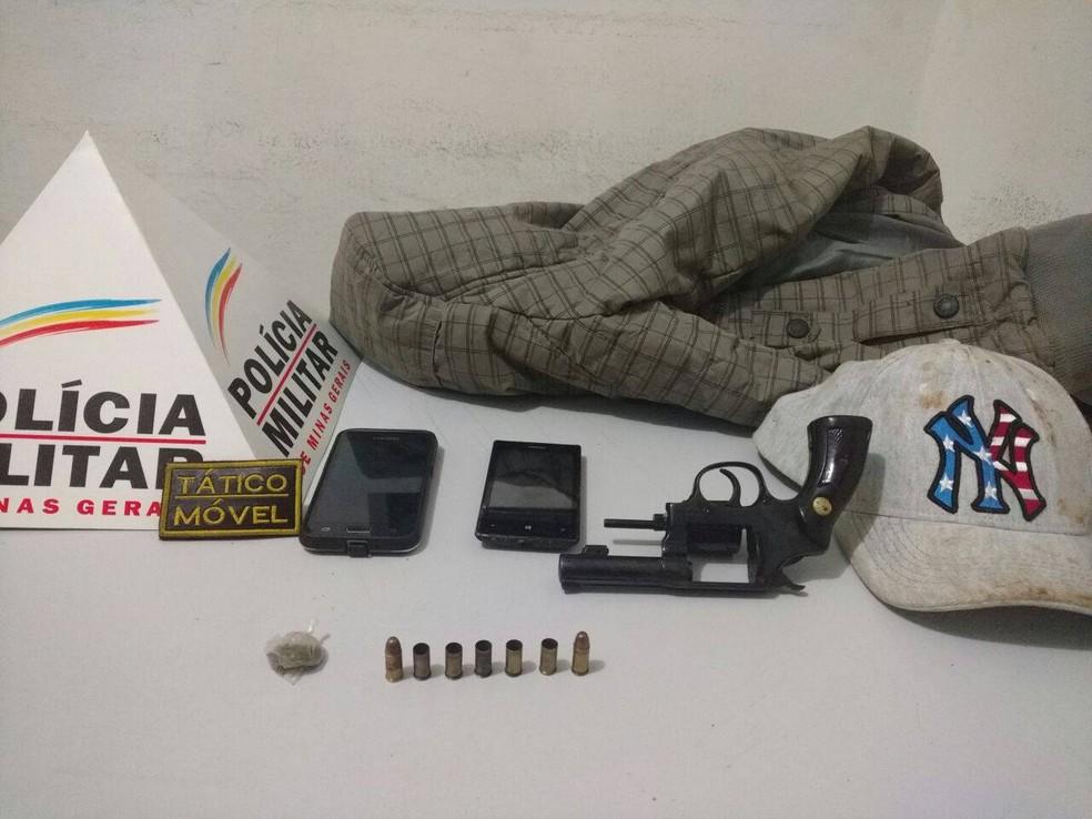 Arma e celulares estavam com o jovem, morto em troca de tiros com militares (Foto: PM/Divulgação)