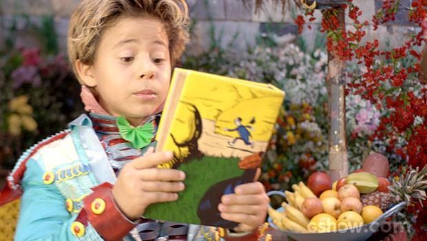 Lepe fica surpreso com o presente (Foto: Meu Pedacinho de Chão/TV Globo)