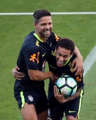 Diego e Neymar brincam no treino da seleção brasileira (Foto: REUTERS/Paulo Whitaker)