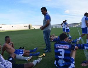 Santa Cruz-PB x Atlético de Cajazeiras, no estádio Almeidão, comissão técnica do atlético preferiu ficar no gramado durante o intervalo (Foto: Amauri Aquino / GloboEsporte.com/pb)