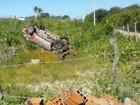 Veículo da polícia tomba no litoral do Ceará e três policiais ficam feridos