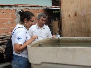 Agente inspeciona caixa dágua durante levantamento do LIRAa em Porto Real (Foto: Divulgação/Prefeitura Porto Real)