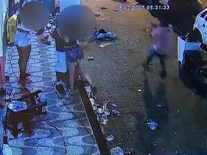 Momento em que o suspeito passa empunhando uma arma (Foto: G1/Reprodução)