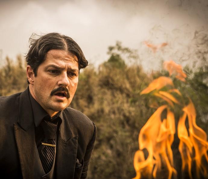 Carlos Eduardo coloca fogo em provas que o incriminam (Foto: Inácio Moraes/ Gshow)