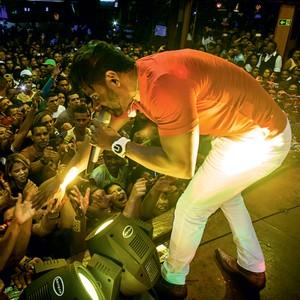 CASA CHEIA Pablo durante um show na Guarapirão Dance, em São Paulo. O público quer tocar  as mãos nele (Foto: André Lessa /ÉPOCA)