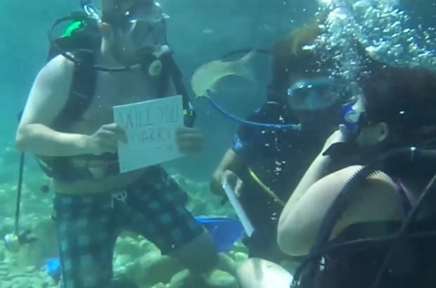 Mulher quase morre afogada ao receber pedido de casamento durante mergulho(Foto: Reprodução/YouTube/SWNS)