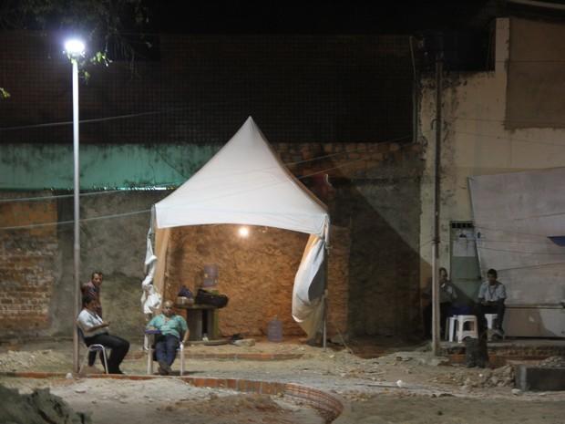 No terminal do Trapiche rodoviários improvisaram um local para se alojar (Foto: Waldson Costa / G1)