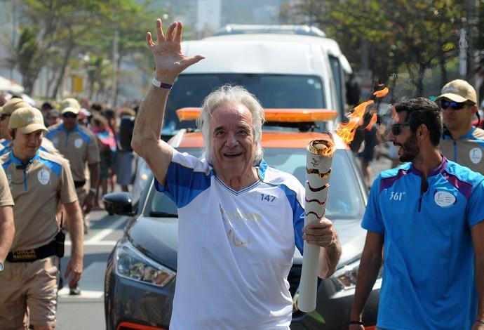 Maestro João Carlos Martins carrega a tocha paralímpica na orla do Rio (Foto: Alexandre Durão)