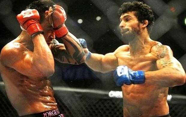 Adriano Martins (direita) aguarda recuperação de lesão no joelho  (Foto: Divulgação)