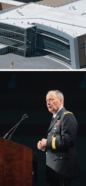 O CÉREBRO A sede da NSA (acima) e seu diretor, general Keith Alexander (à dir.), chefe do comando cibernético do Exército dos EUA.  Ele diz  que monitorar telefonemas nos EUA e a internet no mundo é  necessário contra o terrorismo (Foto: Rick Bowmer/AP e Doug Kapustin/Reuters)