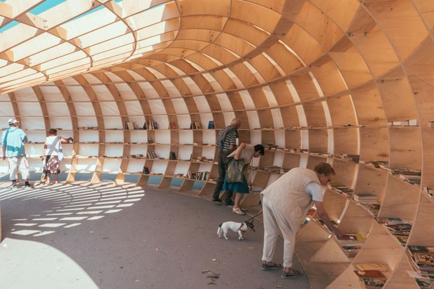 """Designer criam """"biblioteca de rua"""" com 240 pedaços de madeira (Foto: Divulgação)"""