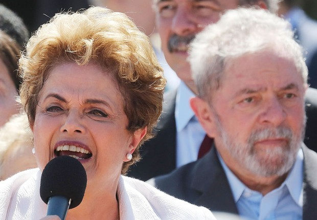 A ex-presidente Dilma Rousseff faz discurso de despedida no Planalto, após impeachment, tendo ao fundo o ex-presidente Luiz Inácio Lula da Silva (Foto: Mario Tama/Getty Images)