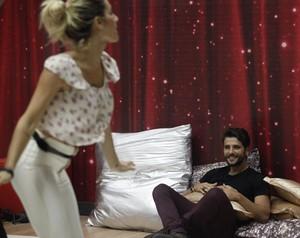 Bruno Gagliasso assiste Giovanna Ewbank dançando funk  (Foto: Raphael Dias/ TV Globo)