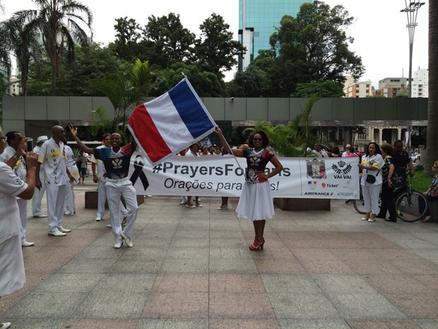 Escola de samba Vai-Vai participa de vigília no Consulado da França na Avenida Paulista (Foto: Vivian Reis/G1)