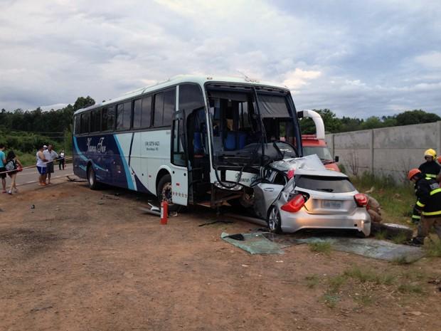Ônibus colidiu contra veículo que vinha no sentido contrário da ERS-135 (Foto: Cintia Furlani/RBS TV)