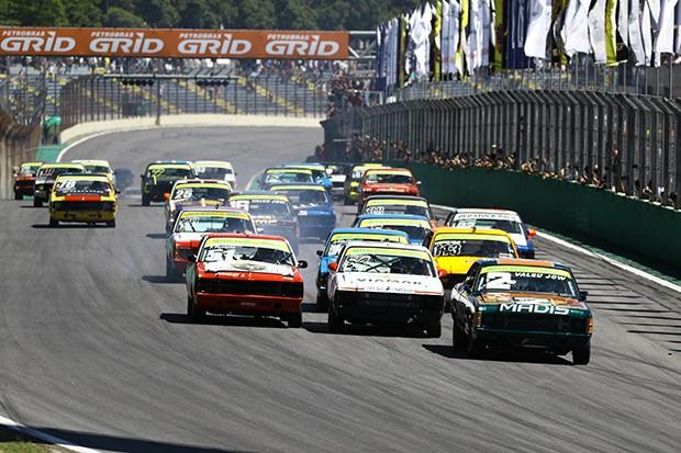 Depois da volta de apresentação largaram para mais uma disputa emocionante na corrida 1 (Foto: Andre Santos/TimeSport)