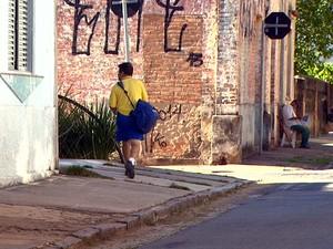 Carteiro faz entrega de correspondências em bairro de Campinas (Foto: Reprodução / EPTV)