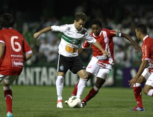 Everton Ribeiro do Coritiba e Josa do Náutico (Foto: Geraldo Bubniak / Ag. Estado)