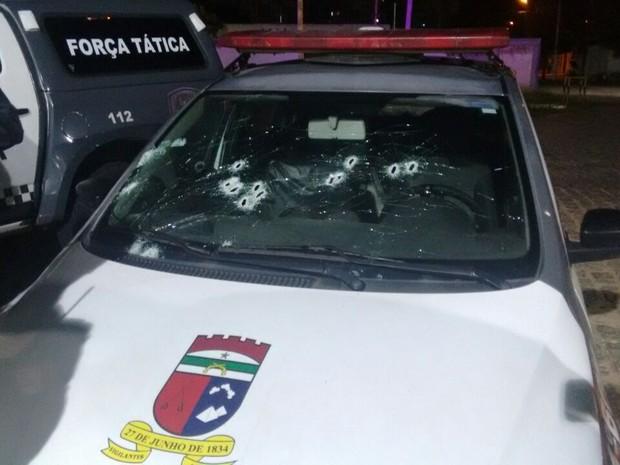 Viatura foi atingida por disparos; nenhum policial ficou ferido (Foto: Divulagação / PM)