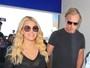 Com transparência, Jessica Simpson exibe fartura em aeroporto