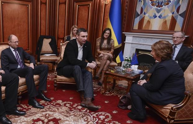 A chefe de diplomacia da União Europeia, Catherine Ashton, em reunião com novas autoridades ucranianas (Foto: AP Photo/Andrew Kravchenko, Pool)