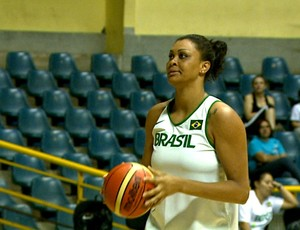 Fernanda, pivô da seleção brasileira de basquete feminina (Foto: Reginaldo dos Santos/  EPTV)