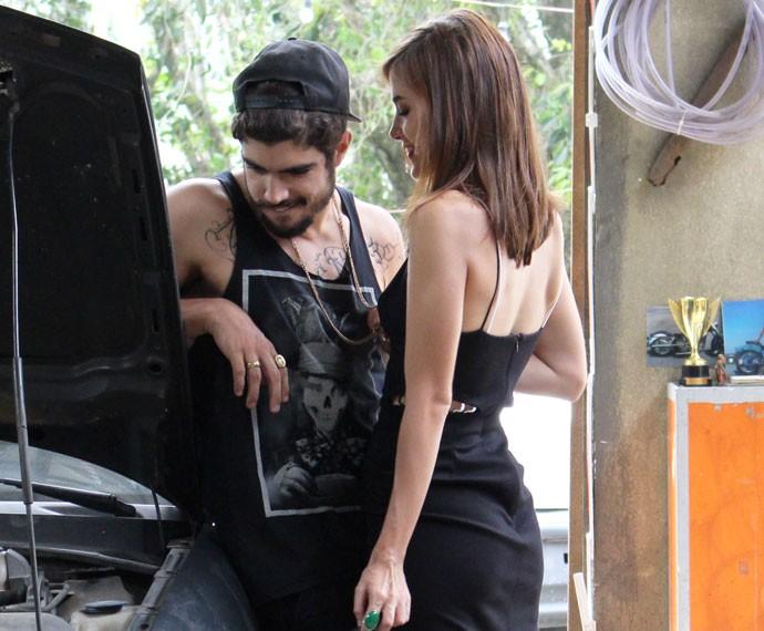 Ela enche o namorado de dengo... (Foto: Letícia Souza/Gshow)