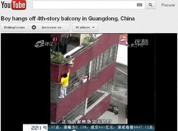 Imagens de TV chinesa postadas no YouTube mostram momento em que vizinho se arrisca para resgatar criança (Foto: Reprodução)