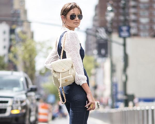 As mochilas se tornaram acessórios fashion nas últimas temporadas (Foto: Imaxtree)