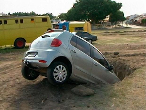 Carro cai em buraco em Feira de Santana (Foto: Reprodução/ TV Bahia)