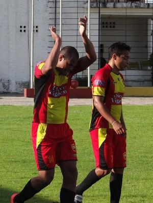 Aloísio Chulapa comemora gol com a camisa do Sport Atalaia (Foto: Leonardo Freire/GloboEsporte.com)