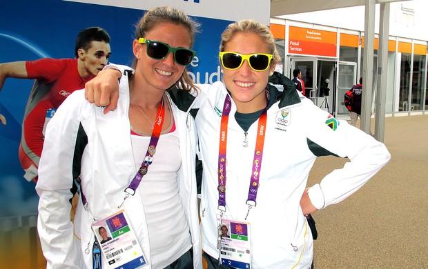 Hóquei áfrica do sul Dirkie Chamberlain e Shelley Russell com óculos coloridos na Vila Olímpica (Foto: Gabriele Lomba / Globoesporte.com)