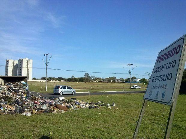 Lixo ficou espalhado na rotatória (Foto: Divulgação / Jéferson Galvão)